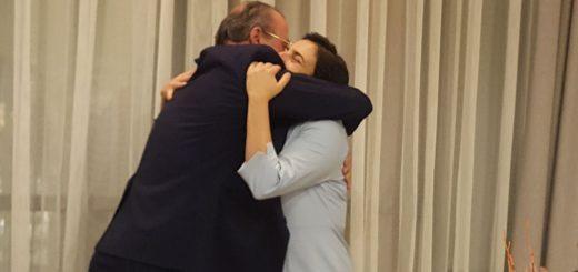 El presidente de Pyfano abraza a Carmen Sánchez, Aljomar, tras concederle el pin de oro de la asociación